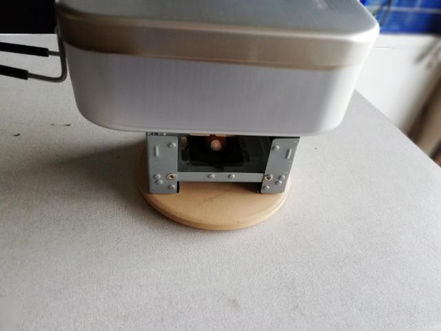フタをして固形燃料に火をつけて、火が消えるまで燻して出来上がり。