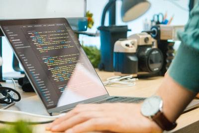 男性・女性でも一人で没頭できるインドアな趣味のプログラミング