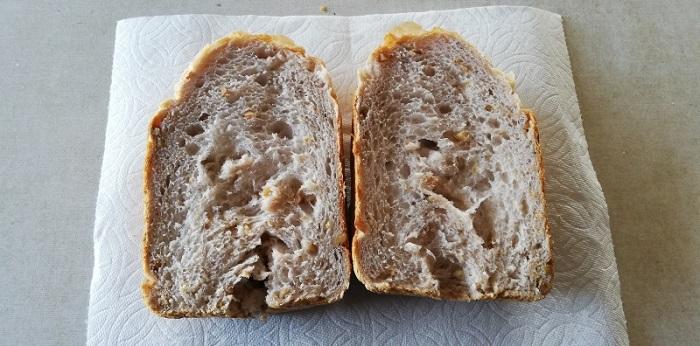 クルミパンを1/2に切った状態です。