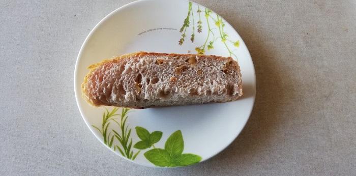 クルミパンを1/6に切った状態です。