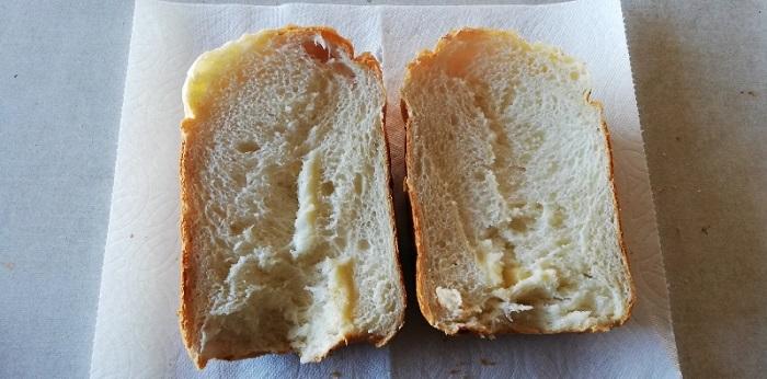 チーズ入り食パンを半分に切った状態