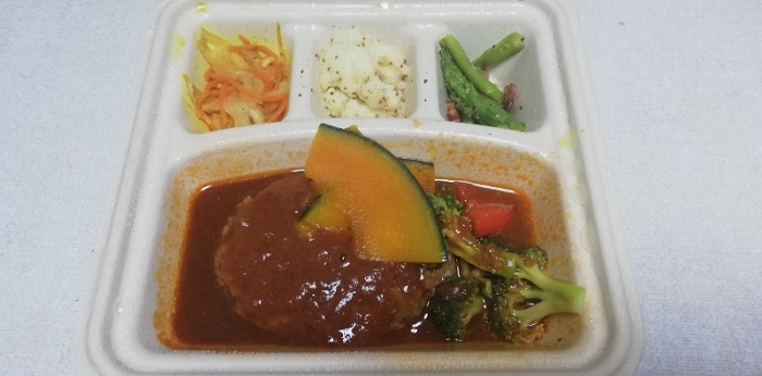 ハンバーグと温野菜のデミの電子レンジで温めた状態