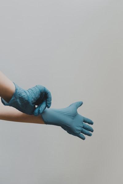 しもやけになると、はめにくい使い捨て手袋