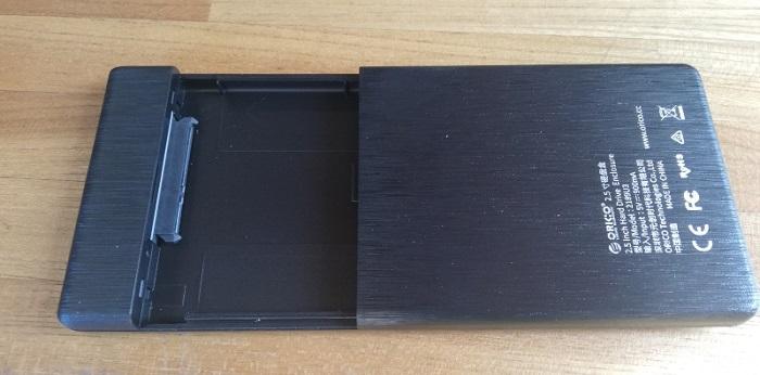 ORICO外付けHDD/SSDケースを開いた状態