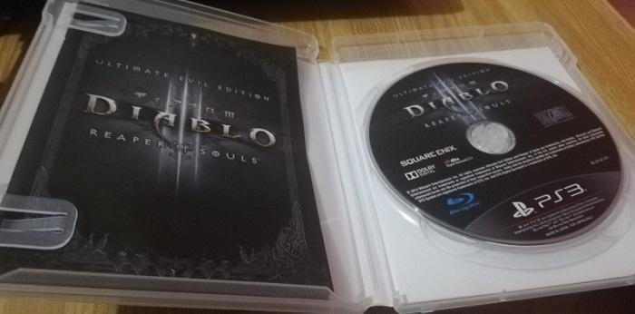写真は説明書とディスクが入っていますが、両方とも出して拭くといいです。