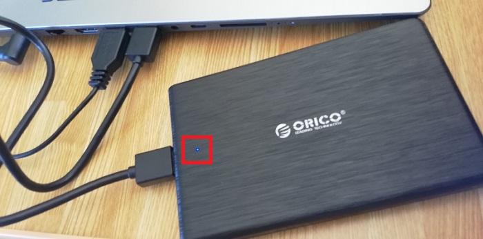 PCに接続するとアクセスランプが青く点灯します