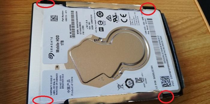 銀色の薄いケースみたいな物が付いています。これを外します。赤い丸辺りの4か所でとめてあります。
