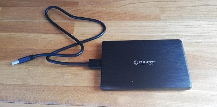 ORICO外付けHDD/SSDケース本体に付属のケーブルをつないだ状態