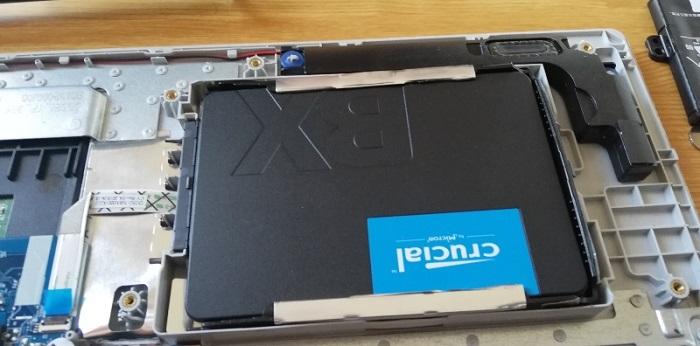 Crucial SSD BX500 240GBを取り付けた様子