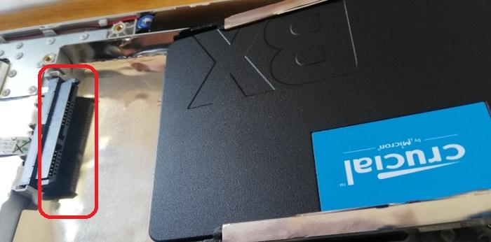 HDDの付いていた所に接続します