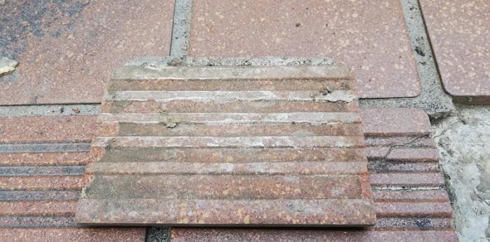 階段のタイルが剥がれた!セメダインの接着剤で補修作業をしてみた!