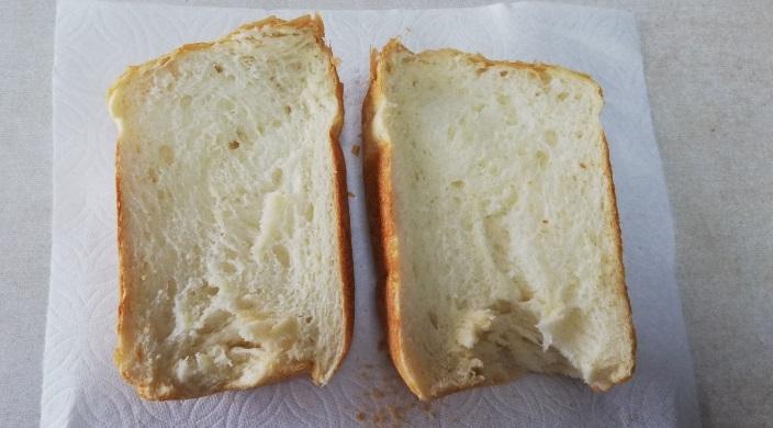 カメリアスペシャルで焼いたパン半分に切った