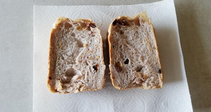 パイオニア企画のスーパーキングで焼いたパンを半分に切った