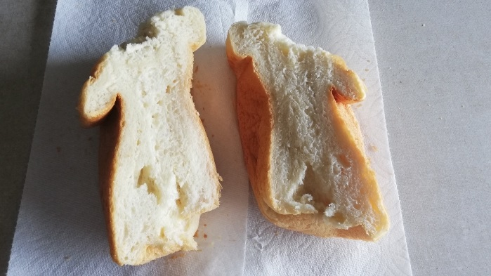 しあわせの生食パンミックスで焼いたパンを半分に切った