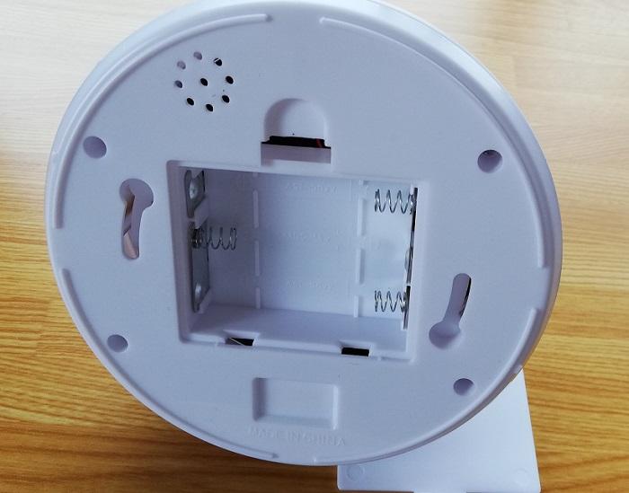 ダミー防犯カメラは単3電池3本で動く