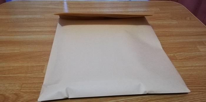 封筒を本のサイズに合わせて折りたたむ