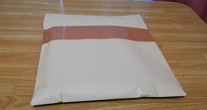 封筒をガムテープでとめていく