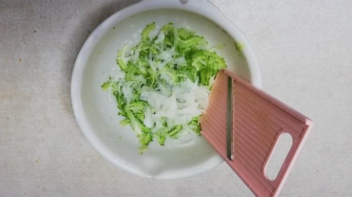 玉ねぎもスライサーなどで薄く切ります。